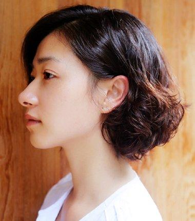 短发让小眼女生也迷人 万茜短发波波头展优姿