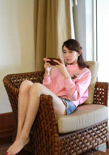 演员胡静梳扎公主头超抢镜 换一个发型之后变的更美