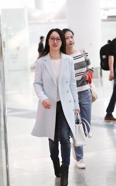 46岁杨钰莹中长直发现场机场 层次感发型设计超抢镜