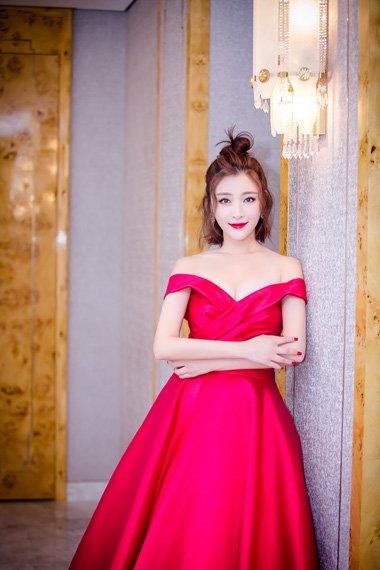 甘婷婷扎短发搭配礼服裙 引领华丽女王风范