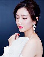 江疏影梳丸子头搭配长裙 大秀2017年时髦发型