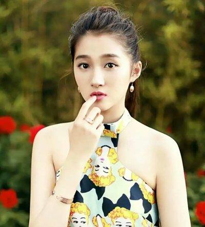 观影《你的名字》关晓彤哭惨 向外爱情的她发型颜值越来越高