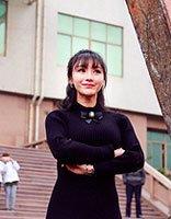 明星柳岩为工作举至半空 新卷发公主头搭配齐刘海真美