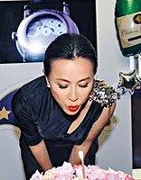 刘嘉玲51岁生日庆生会 黑色短直盘发中国风格调