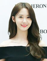 林允儿韩版中长发+偏分+刘海 一个模子的装扮加深记忆
