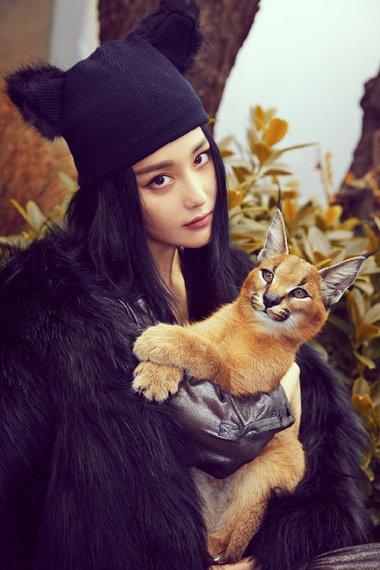 张馨予中分长发拍写真 魅力女星大玩复古发型
