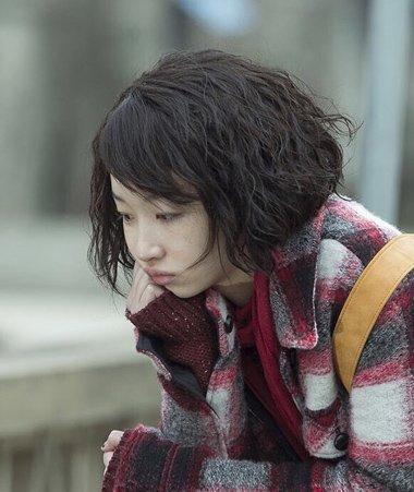 周冬雨行走的小卷发 短发烫小卷很有爱