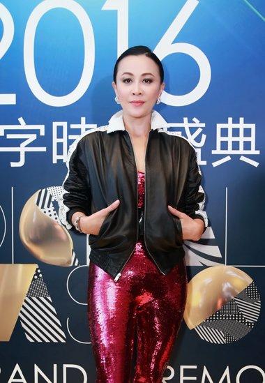 刘嘉玲出席时尚盛典活动 光滑偏分头发盘发彰显女王范