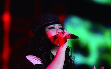 张惠妹巡回演唱会另类卷发 对新发型下足了功夫