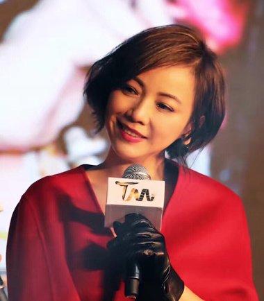 邓萃雯对襟红妆梳短发 外卷的短发发型特别有可爱风格