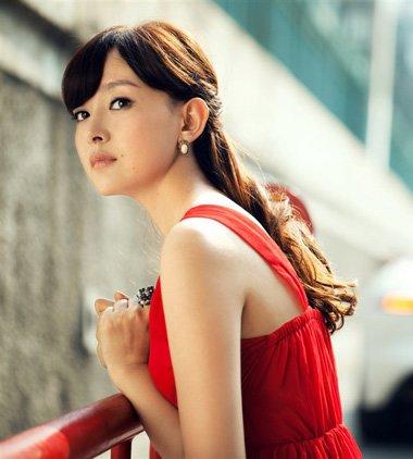 宫羽姑娘的红唇卷发 现代装也不畏正派气场