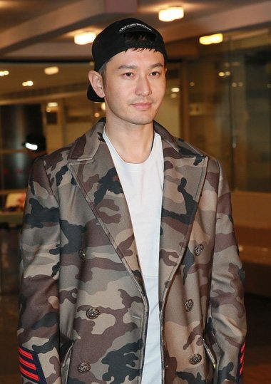 黄晓明初为人父显和蔼 短发倒戴棒球帽超吸眼