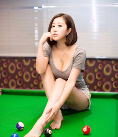 性感台球裁判吕萌希子齐肩发 离子烫短发也充满诱惑