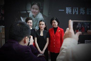 98后女钢琴家赖熠婷深圳见面会 公主头发型真心好闪亮