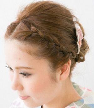尝试下编发发型哟,将刘海与侧边发编织成甜美的辫子,短发变成编发盘发图片