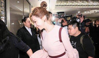 王心凌丸子头粉色连衣裙可爱感爆棚 王心凌甜美可爱系长发发型