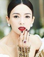 章子怡最新写真优雅盘发+红唇 香肩微露的她美成画中仙