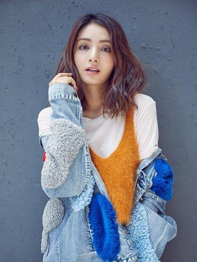 新疆美女麦迪娜冬日清新混搭 麦迪娜演绎风格街拍风发型