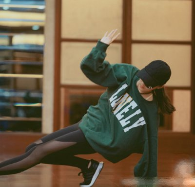 关晓彤专心学舞秀大长腿 95后关晓彤示范冬季校园发型