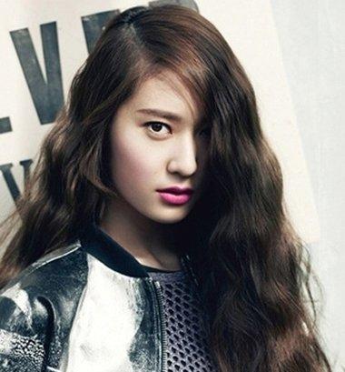 发型热点 > 圆脸适合的发型 >   大脸圆脸女生适合的中长发可以做内扣