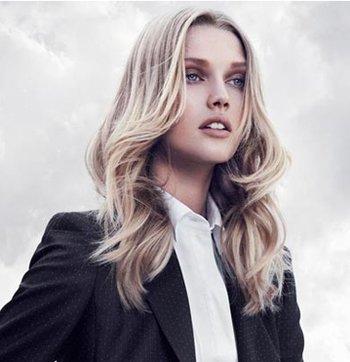 虽然现在短发很流行,但是她们还是喜欢长发造型,长发大卷烫发在新的图片