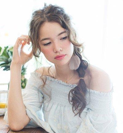 卷发扎头发的方法图解 卷长发女生扎头发方法