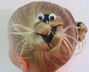 炎热的夏季妈妈们会为宝宝将短发扎成漂亮的造型,双丸子头发型就是最
