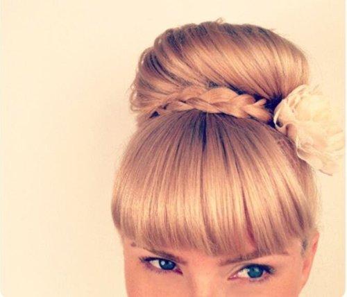 女生头发长度到肩怎么扎头发好 披肩的头发长度怎么扎蓬松马尾包