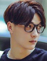 复古中分戴眼镜的男 中分暖男发型