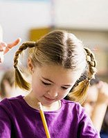 漂亮小女孩中长发发型怎么梳 小女孩发型梳头发图片大