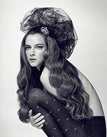 黑色中分长卷发发型 女生长发自然卷发型