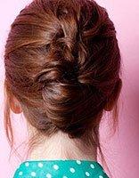 过肩长发弄什么发型好看 披肩长发盘头发的简易方法