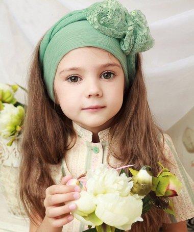 童年是人一生中最纯真烂漫的时光,可爱天真的小女孩留着长长的头发
