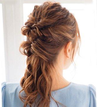 小卷发女生怎样扎头发好看 怎样梳头发好看步骤