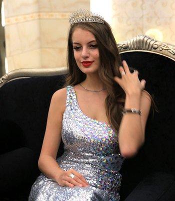俄罗斯美女全头卷发发型 甜美中长卷发发型