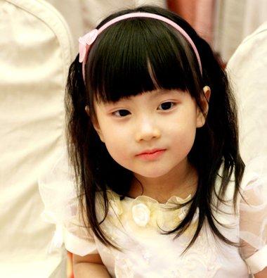 大一点的短发小女孩,妈妈是时候将其打扮的漂漂亮亮的了,短短弄得头发图片