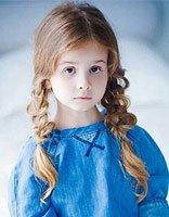女童辫子的简易编法 儿童编鱼骨辫子发型