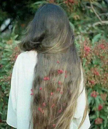 什么样的长卷发显年轻 唯美长卷发背面图
