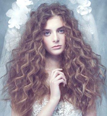 中分小波浪卷中长发发型 女生小波浪卷发型图片