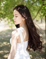 具有年轻活力学生适合的气质中长卷发发型