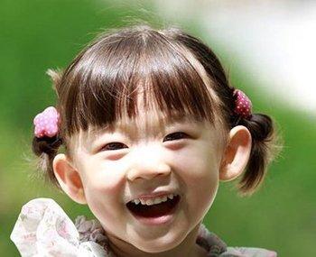 怎么给小女生梳头发 较短头发小女孩梳头