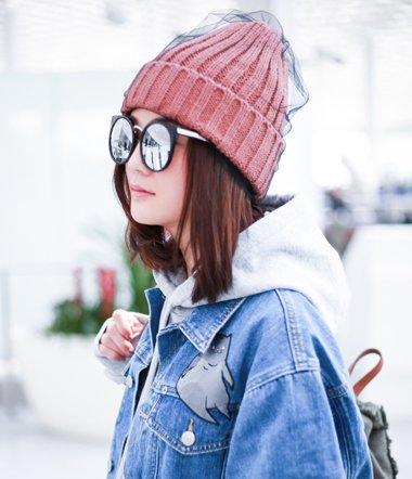 蔡卓妍夸粉丝拍照技术好 机场拍齐肩发也能美翻天