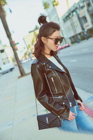景甜洛杉矶街拍酷照 半扎丸子头的她变成时尚达人