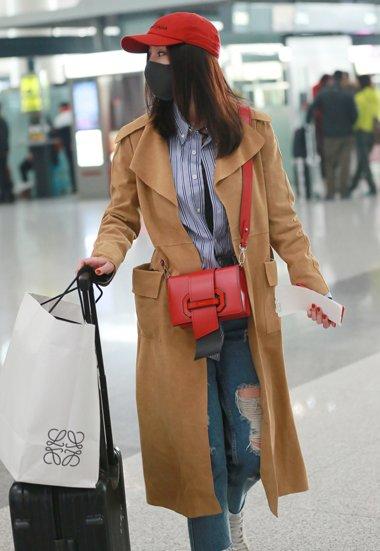 杨幂中长发搭配小红帽 那么美的设计只有她能驾驭