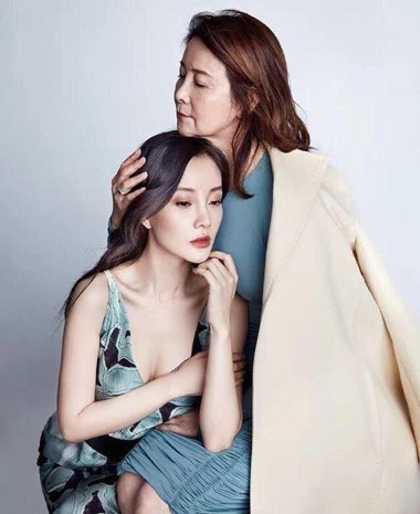 母亲节前李小璐携母拍写真 原来中老年都爱烫头发