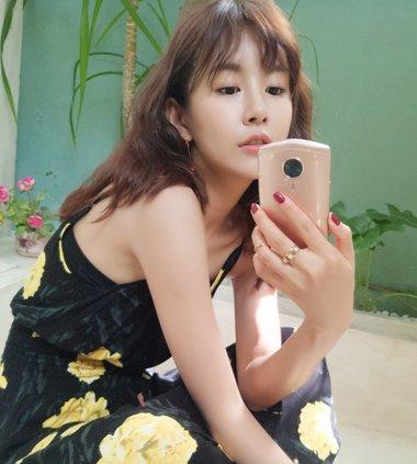 张子萱恢复身材成少女 自拍还是爱卷发