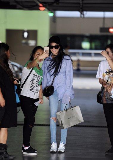 张馨予的黑长直发受关注 时尚发型惹粉丝合影留照