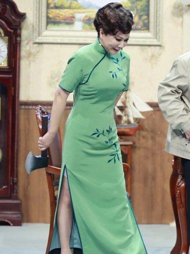 蔡明中长卷发盘发搭复古旗袍 新的造型设计确实挺显年轻