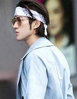 李治廷中长卷发戴印花头巾 美男子的帅气发型展现