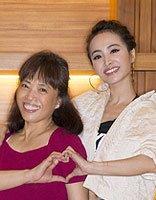 华语流行歌手蔡依林发型 梳起可爱丸子头和妈妈合影